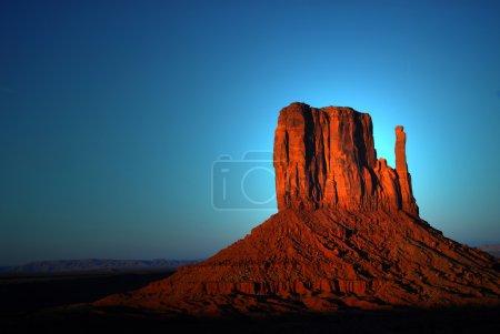 Photo pour Lumière dramatique de l'aube frappant une formation rocheuse dans les terres de la nation navajo de monument valley - image libre de droit
