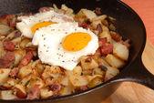 Corned Beef Hash und Ei-Frühstück