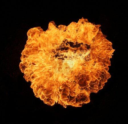 Photo pour Grandes flammes de feu isolées sur fond noir - image libre de droit