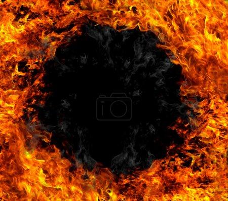 Photo pour Anneau de feu brûlant sur fond noir - image libre de droit