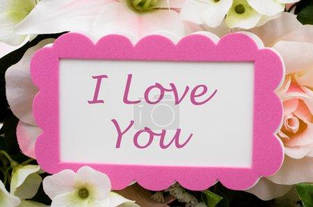 Photo pour Un bouquet de fleurs avec une carte, je t'aime - image libre de droit