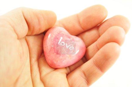 Photo pour Concept matrimonial avec main tenant une pierre en forme de coeur avec message d'amour - image libre de droit