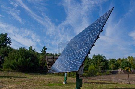 Foto de Paneles solares montados en techo y montajes de seguimiento - Imagen libre de derechos