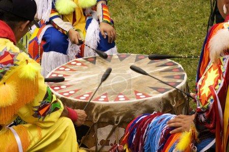 Photo pour Indiens autour d'un tambour à un pow wow batá Indiens - image libre de droit