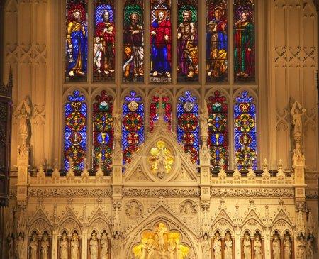 Photo pour Trinity Episcopal Church New York City Inside Stained Glass Statues Autel Fermer Construit en 1846 à Wall Street et Broadway, l'une des églises les plus célèbres de - image libre de droit