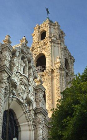 Photo pour Façade Décorée Façade Steeple Cross Mission Dolores Saint Francis De Assis San Francisco Californie - image libre de droit