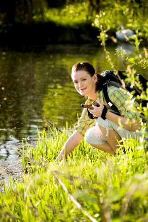 Foto de Mujer joven de excursión en la naturaleza salvaje - Imagen libre de derechos
