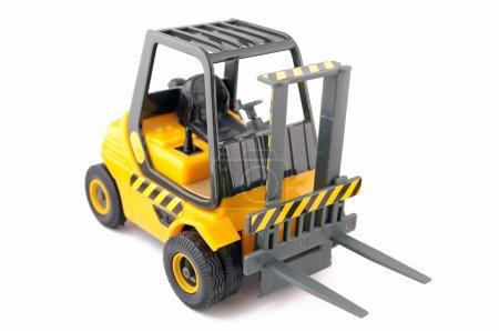 Photo pour Chariot élévateur à fourche jouet jaune isolé sur fond blanc - image libre de droit
