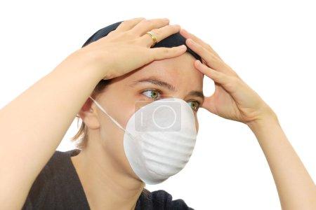 Photo pour Jeune femme portant un masque de protection visage - image libre de droit
