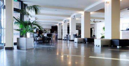 Photo pour Salon lumineux moderne de l'hôtel - image libre de droit