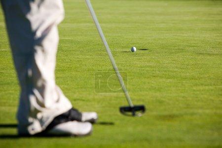 Photo pour Golfeur mise, mise au point sélective sur la balle de golf - image libre de droit
