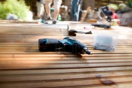 Photo pour Construction d'un patio avec terrasse en bois et pierres - image libre de droit