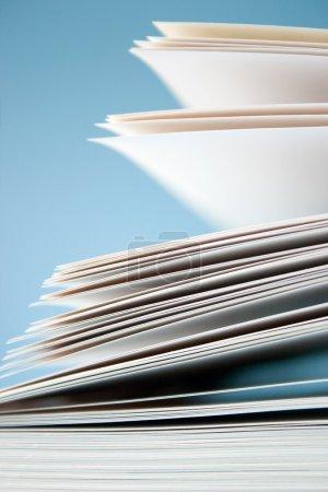 Photo pour Papiers vierges blanches sur fond bleu - image libre de droit