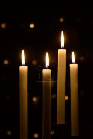 Photo pour Bougies de Noël blanches sur fond noir - image libre de droit