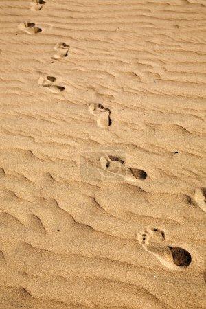 Photo pour Empreintes de pas sur le sable de la plage ridée - image libre de droit