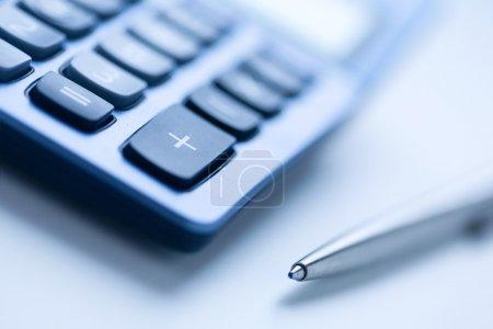 Photo pour Calculatrice et stylo de couleur bleue, mise au point peu profonde - image libre de droit