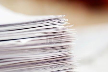Photo pour Pile de papiers, foyer dans le coin de la pile - image libre de droit