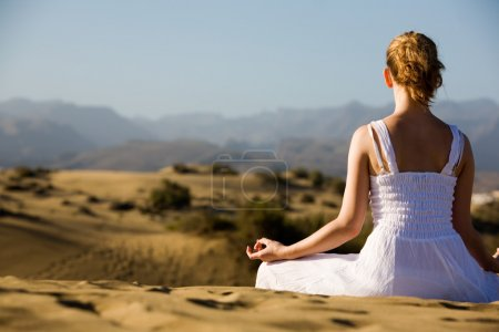 Photo pour Jeune femme de détente sur la plage - image libre de droit