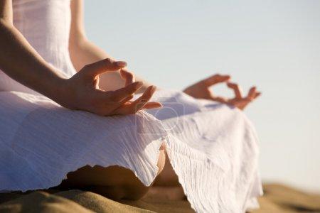 Photo pour Jeune femme se relaxant sur la plage - image libre de droit