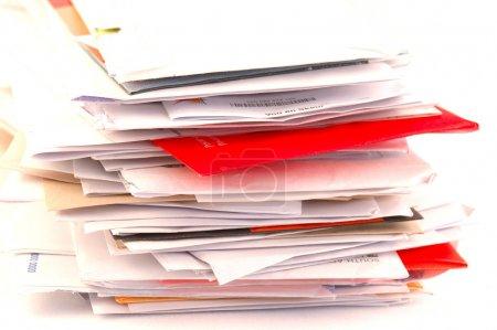 Photo pour Beaucoup de lettres colorées et de courrier indésirable sur une table. Image isolée sur fond de studio blanc . - image libre de droit