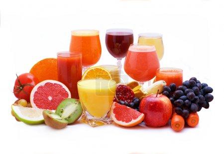 Photo pour Verres de jus de fruits et légumes avec des fruits - image libre de droit