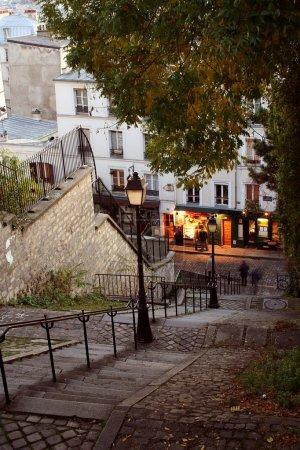 Photo pour Vue de nuit des rues de Paris - Montmartre - image libre de droit