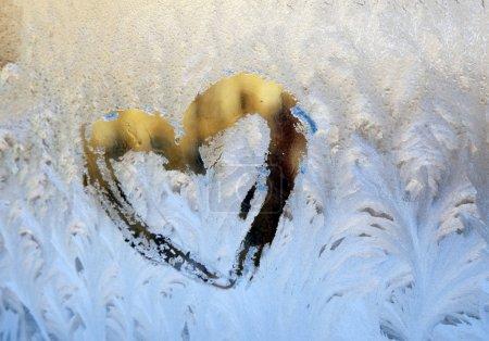 Photo pour Modèle naturel givré sur la fenêtre d'hiver - image libre de droit