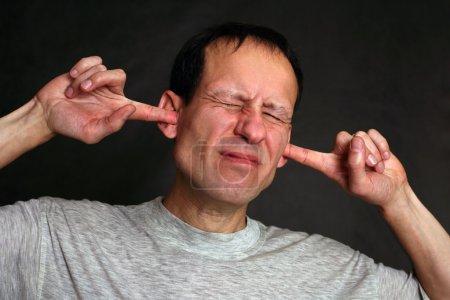 Photo pour Un homme tres stressé, bloquant les bruits avec ses oreilles. - image libre de droit