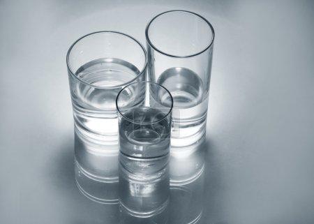 Photo pour Trois verres en verre différents avec de l'eau - image libre de droit