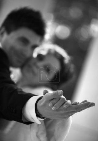 Photo pour Danse d'un couple nouvellement marié. mains dans une zone de netteté, le reste est faible - image libre de droit