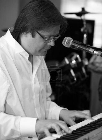 Foto de El hombre toca un piano eléctrico - Imagen libre de derechos