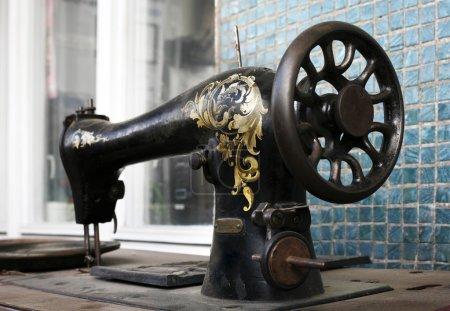 Photo pour Cela montre la détail d'une vieille machine à coudre de peintes à la main - image libre de droit