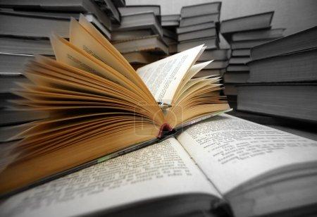 Photo pour Beaucoup de vieux livres combinés par un tas - image libre de droit