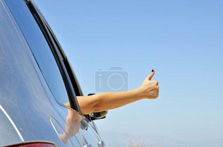 Photo pour Jeune geste de la main ok avec la fenêtre de la voiture. Symbole que tout est bien pour les voyages de vacances - image libre de droit