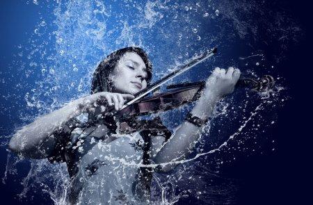 Photo pour Musicien jouant du violon sous l'eau - image libre de droit