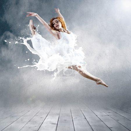 Photo pour Saute de ballerine avec robe de lait - image libre de droit
