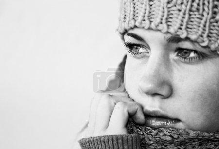 Photo pour Fille triste en vêtements d'hiver - image libre de droit