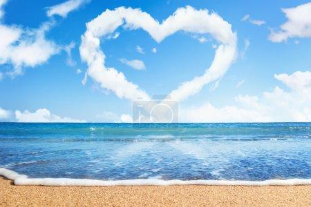 Photo pour Plage et mer. coeur de nuages sur le ciel. symbole de l'amour - image libre de droit