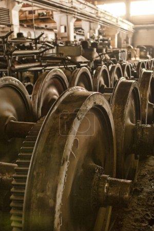 Photo pour Un vieux garage industriel à l'intérieur du dépôt de train. La salle de stockage pour les roues usagées, anciennes ou de rechange. Aussi les opérations de service mécanique ont eu lieu à l'arrière - image libre de droit