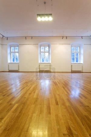 Foto de Galería de arte vacío con paredes en blanco - Imagen libre de derechos