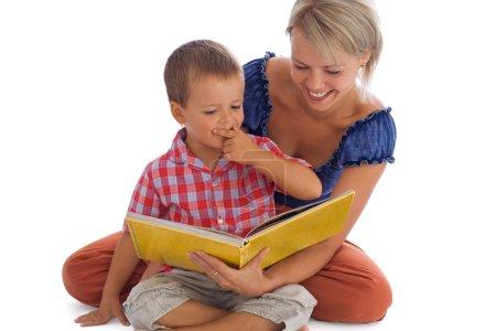 Foto de Mujer y su hijo divertirse leyendo un cuento de hadas - aislado en blanco con un poco de sombra - Imagen libre de derechos