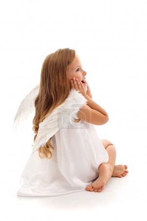 Foto de Poco sorprende chica Ángel hada sonriendo felizmente - aislado con un poco de sombra - Imagen libre de derechos