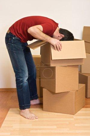 Foto de Hombre Desembalaje de la cartulina cajas en un nuevo hogar - concepto en movimiento - Imagen libre de derechos