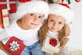Děti Vánoce s santa klobouky a dárky
