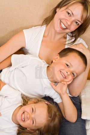 Photo pour Happy family relaxant sur le canapé - image libre de droit