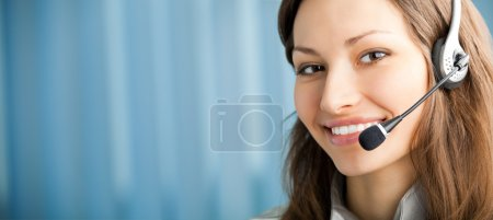 Foto de Retrato de operador de telefonía apoyo sonriente feliz en auriculares en lugar de trabajo. para proporcionar la máxima calidad, he hecho esta imagen por la combinación de dos fotos. Te c - Imagen libre de derechos