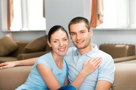 Photo pour Jeunes heureux souriant couple attrayant à la maison - image libre de droit