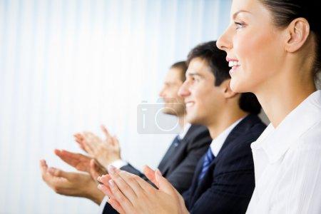 Photo pour Trois hommes d'affaires applaudissements joyeux à la présentation, réunion, séminaire ou conférence - image libre de droit