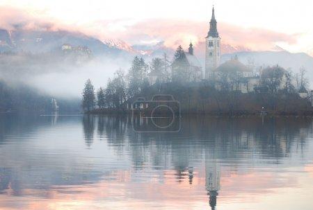 Photo pour Soirée brumeuse au lac de Bled, Slovénie - image libre de droit