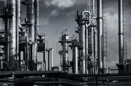Photo pour Raffinerie géante de pétrole et de gaz sous un ciel nuageux sombre, des pipelines et des tours chimiques. raffinerie n'est pas reconnaissable . - image libre de droit